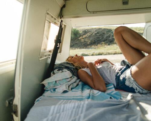 spanie w samochodzie